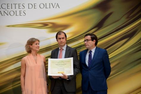 Momento en el que recibe el premio Casas de Hualdo, de manos de la ministra.