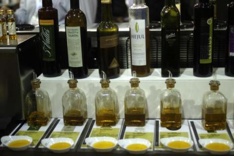 Distintos aceites riojanos en una feria londinense. / D.O.P. ACEITES DE LA RIOJA