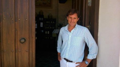 Juan Manuel Luque, a la puerta de la almazara de su propiedad. / OLIPREMIUM
