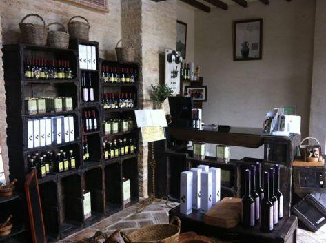 Una bien surtida tienda despide a los visitantes. / LUQUE ECOLÓGICO