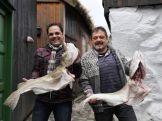 Adolfo y Patxi Giraldo, con sendos ejemplares de bacalao en las Islas Feroe. / BG