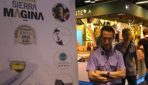 Jesús Sutil, junto al cartel anunciador de la promoción. / O