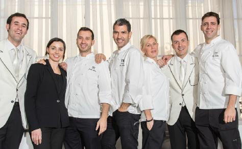 Paco Roncero (centro), rodeado de su equipo. / LTC