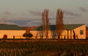 El Trujal de Artajo, rodeado de plantaciones. / TA