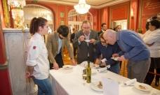 Los miembros del jurado examinan el plato preparado por Ana Gómez Garrido (en la foto), ganadora del I Concurso Joven Cocina AOVE. / JPL-O