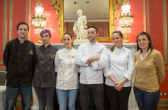 Jóvenes estudiantes en el concurso de cocina.