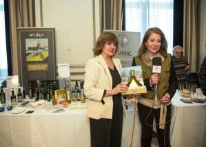 Lola Santos, de Olemile, con su botella ganadora de la Exposición.
