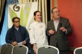 La ganadora del concurso de cocina, entre Paco Ron y Enrique Calduch.